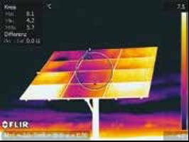 Les points chauds de cette image thermique prise à l'avant du panneau solaire semblent indiquer que de nombreuses cellules sont inefficaces.